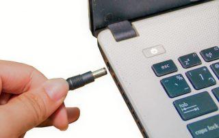 Por qué elegir un cargador universal para tu portátil